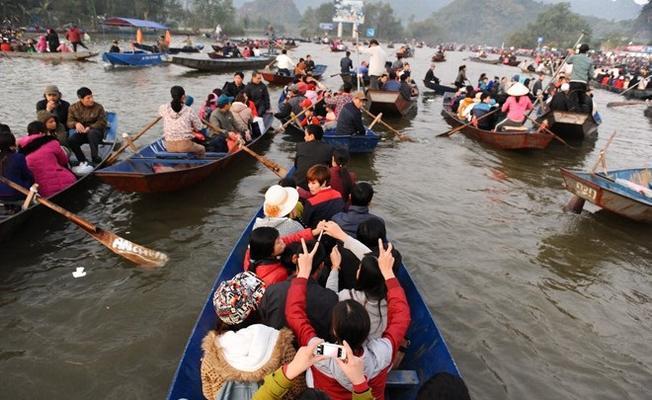 Nhiều du khách trẩy hội chùa Hương từ tháng Giêng đến tháng 3 âm lịch