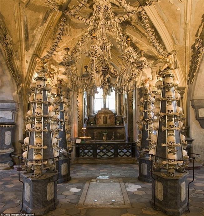 anh thợ mộc František Rint đã bắt đầu trang trí nhà thờ