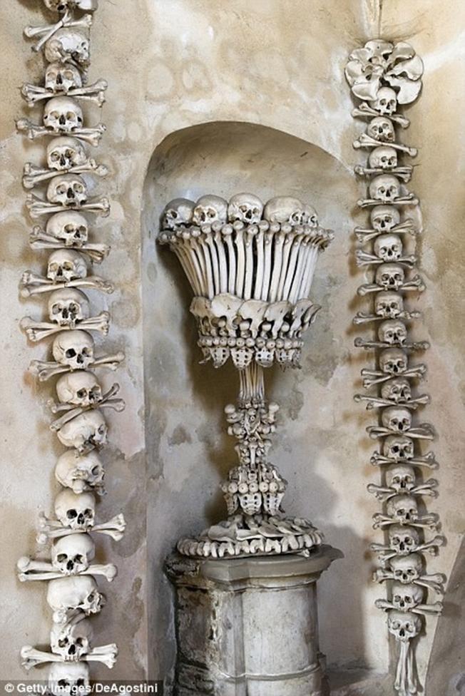 vốn dĩ những nạn nhân này được chôn ở nghĩa địa nhà thờ