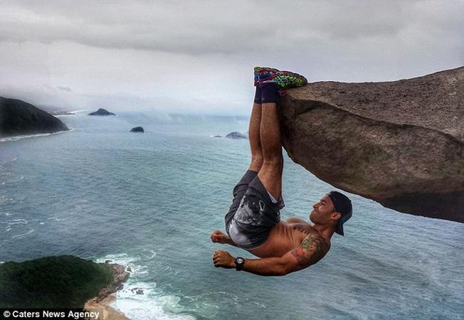 Bức ảnh chàng thanh niên sống ảo tại mỏm đá ở Brazil
