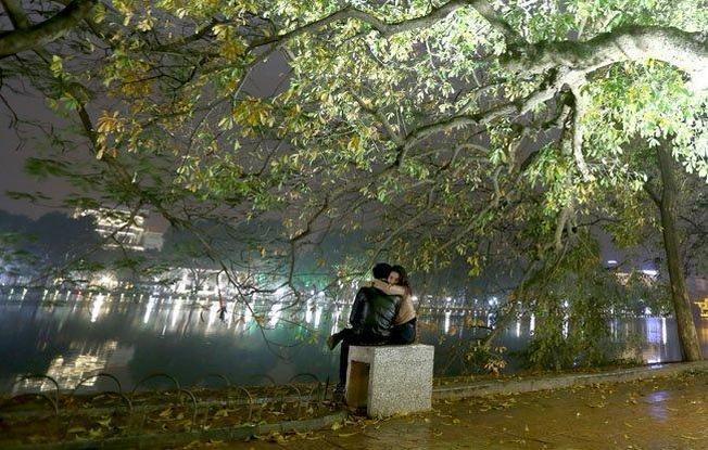 Đôi tình nhân ôm chặt nhau dưới cơn mưa bụi