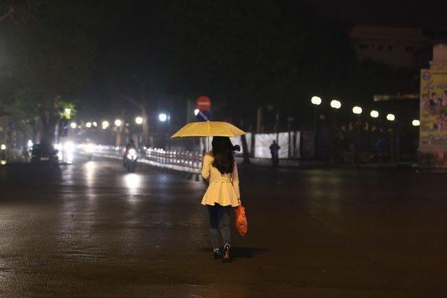Đêm mưa bụi đường phố vắng vẻ hơn