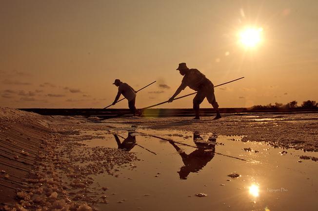 Người dân lam lũ, sống cùng ruộng muối