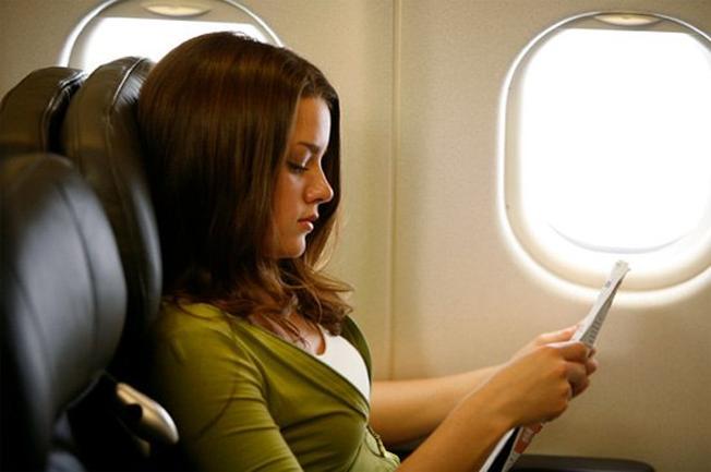 không nên đọc sách trên máy bay