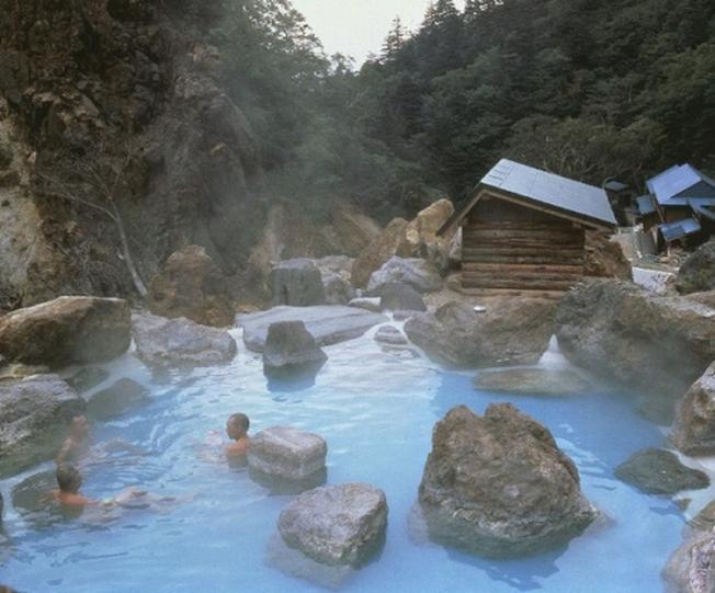 Đắm mình thư giãn tại suối nước khoáng nóng Bang Quảng Bình