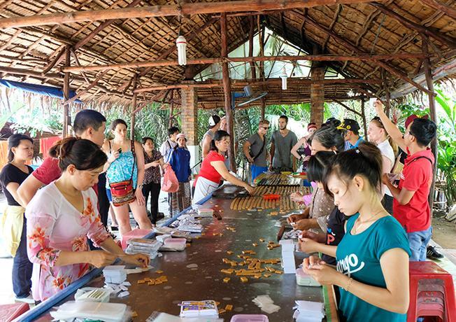 công đoạn gói kẹo dừa