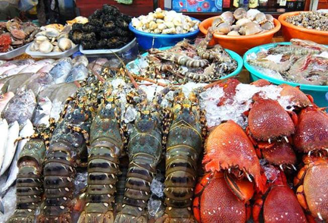 Chợ đêm Dinh Cậu bán nhiều hải sản