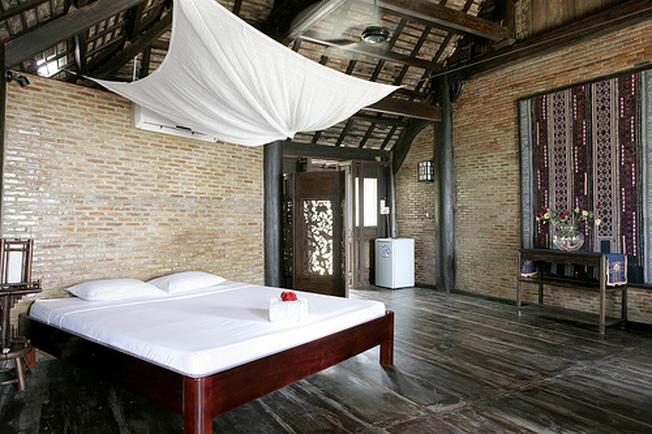 Phòng nghỉ được trang trí màu trầm theo kiến trúc xưa