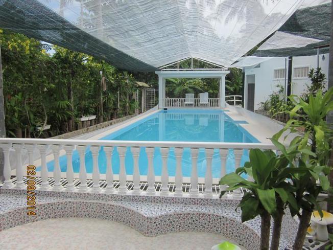 Bể bơi tại Song Xanh Resort luôn sạch sẽ được bao quanh bởi cây cối
