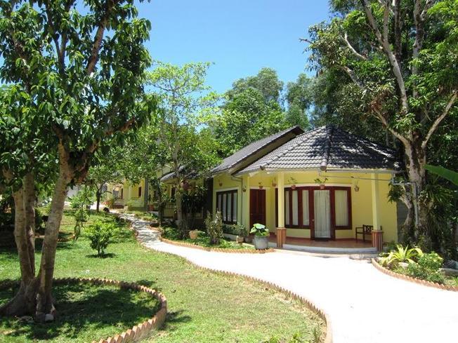 Mỗi Bungalow đều được bao quanh bởi cây cối xanh tươi